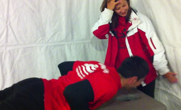 ...meanwhile Gelo shows off with a few push-ups for his cute masseuse!